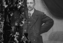 Studiofoto, man in staande houding, feestkledij met wit hemd en stropdas, Melle , 1910-1920