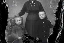Staand portret van jonge moeder in donkere feestkledij, opgestoken haar, 2 jongentjes  , Melle , 1910-1920