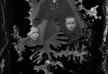 Staand portret van jonge vrouw in donkere feestkledij en borstspeld, met 2 jongentjes met kort geknipt haar, Melle , 1910-1920