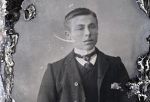 zittend borstportret van jonge man in kostuum met wit hemd en stropdas, naar achter gekamd haar en haarscheiding aan linkerkant, Melle , 1910-1920