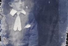 Zittend portret jonge man in feestkledij witte halsboord en stropdas, kort rechtopstaand gekamd haar, Melle , 1910-1920