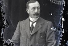 Zittend portret man in kostuum met wit hemd en stropdas, snor en strak gekamd haar, Melle , 1910-1920
