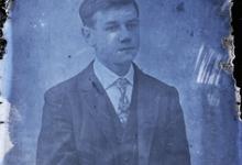 Zittend portret van jonge man in feestkledij bestaande uit kostuum en wit hemd met stropdas, kuifvormig opzij gekamd   haar, Melle , 1910-1920
