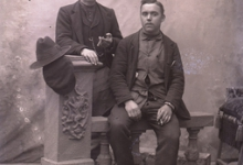 Portret van 2 mannen (1zittend, 1staand),met sigaar in de hand, met kuifvormig gekamd haar, Melle , 1910-1920