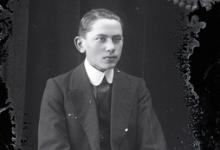 Zittend portret jonge man in feestkledij, bestaande uit kostuum en opgezette witte hemdskraag met stropdas, Melle , 1910-1920