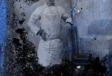 Staand portret van jongen in bakkersschort en donkere pet, Melle, 1910-1920