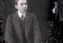 Zittend portret van jonge man in feestkledij met kostuum en witte hemdskraag met stropdas, golvend kuifvormig gekamd haar, Melle, 1910-1920