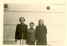 Annie, Cyriel en Alice Mabilde bij het vertrek pater Alfons Mabilde naar Belgisch-Congo, Antwerpen, 1954