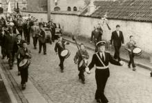 Optocht 'tamboerkens', Harmonie Heusden, 1964