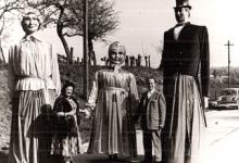 De reuzen Nonkel Miele, Tante Nitte en Mary met haar peter en meter