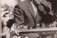Burgemeester Otte drinkt op de dag van zijn inhuldiging, Sint- Lievens- Houtem, 1959