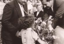 Burgemeester Otte ontvangt bloemen van een meisje, Sint-Lievens-Houtem, 1959