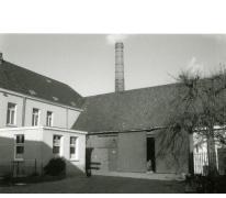 Binnenkoer met zicht op het woonhuis en de stokerij Van Damme, Balegem, ca. 1980