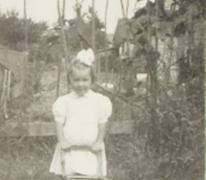 Gemeenteraadslid Rita Moeraert speelt in de tuin, Gentbrugge, 1952