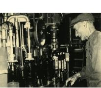 Robert Waeytens bij de flessenvulmachine, stokerij Van Damme, Balegem, ca. 1978