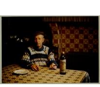 """André Van Hecke met fles """"Ouden Balegemsen"""" en sigaar, stokerij Van Damme, Balegem, ca. 1980"""