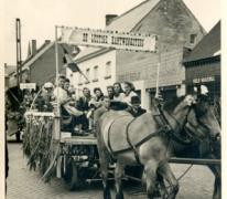 Wagen in de bevrijdingsstoet na het einde WO II, Oosterzele, 1946