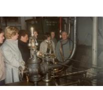 Groepsbezoek, stokerij Van Damme, Balegem, 1984