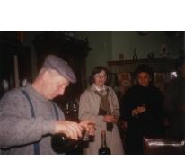 André Van Hecke bij een groepsbezoek, stokerij Van Damme, Balegem, 1984