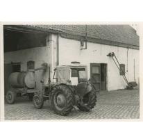 Tractor en stallen, stokerij Van Damme, Balegem, 1981