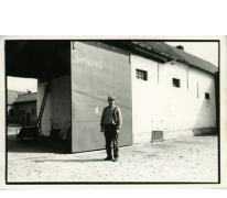 André Van Hecke, binnenkoer stokerij Van Damme, Balegem, 1970