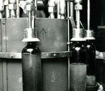 Moderne flessenvulmachine, stokerij Van Damme, Balegem, 1978