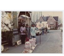 Carnavalsgroep Drie Koningen beeldt bakkerenkaarting uit, Merelbeke, 1977