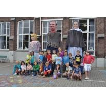 Klasfoto derde leerjaar gemeenteschool Melle met de Melse reuzen, 2013