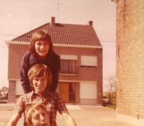 Schepen Christine De Pus als 13-jarige met haar jongste broer en zus, Oudegem,1972