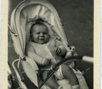 Gemeenteraadslid Pascal Fermon in de kinderwagen, Oosterzele, 1959