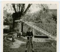 Gemeenteraadslid Pascal Fermon in de speeltuin, Knokke, 1962