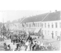Stoet naar aanleiding van de viering van het gouden priesterjubileum van Emiel Van Hyfte, pastoor te Melle van 1921 tot 1938