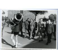 Handelsbeurs optocht naar de tent, 1967.