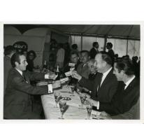 Handelsbeurs. Wilfried Watte deelt bonnetjes uit, 1969.