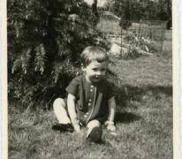 Gemeenteraadslid Marijke Pruyt speelt in de tuin, Merelbeke, 1962