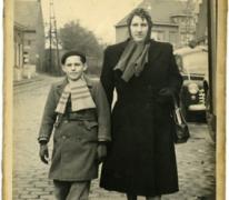 Robert Coppens en zijn moeder gaan naar Houtem Jaarmarkt, Sint-Lievens-Houtem, 1953