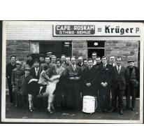Groepsfoto ter gelegenheid van de tombola op de vierde dag van de Kermis in de wijk Roskam, Merelbeke, 1970-1975