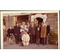 Groepsfoto naar aanleiding van het bezoek van mevrouw Remue ook gekend als 'Miss Amerika' aan café De Roskam, Merelbeke, 1970-1975