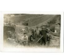 De familie Westelinck aan het werk in een steenbakkerij, Evere, 1920-1925