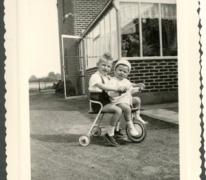 Marc Moerman (de kleinste) en Dirk Westelinck op een driewieler, Merelbeke, 1960