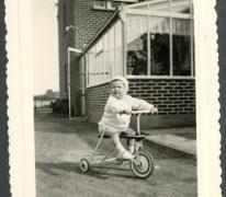 Marc Moerman op zijn driewieler, Merelbeke, 1960