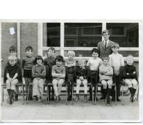 Klasfoto van het 1ste leerjaar bij meester Delaruelle in het Johannescollege, Merelbeke, 1971-1972