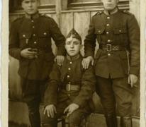 Oscar Van Damme (links) en twee vrienden tijdens het vervullen van hun dienstplicht, 1940-1945