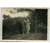 Maria Westelinck aan de bommenschuilplaats van de familie, Merelbeke, 1942