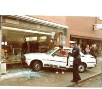 Politie ter plaatse op auto-ongeluk bij bakkerij De Paepe, Merelbeke, 1982.