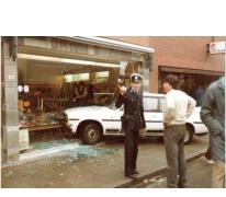 Politie bij auto-ongeval bij bakkerij De Paepe, Merelbeke, 1982