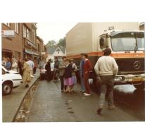 Nieuwsgierige omstaanders bij auto-ongeval bij bakkerij De Paepe, Merelbeke, 1982.