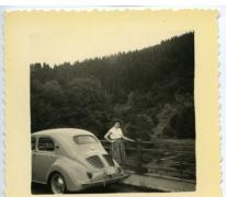 Cecile De Troy aan haar wagen, La Roche-en-Ardenne, 1958