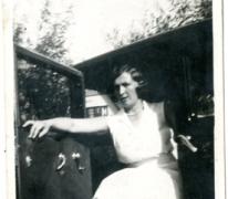 Adrienne Spillier in de wagen van de familie Verbrugghen, Knokke, 1927-1928