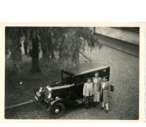 Mariette Jacobs, Jenny en Monique Vander Heyden aan de wagen van Silvain Jacobs, Merelbeke, 1950